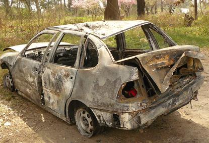 Aspecto que presentó el automóvil luego del incendio.