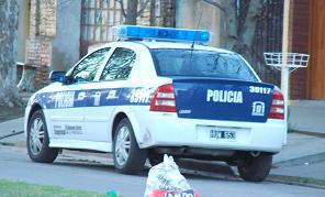 Móvil de la Policía en uno de los allanamientos.