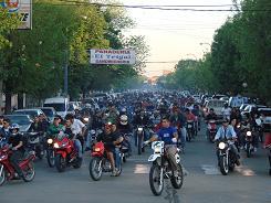 Motoqueros se desplazan por la avenida General Vedia.