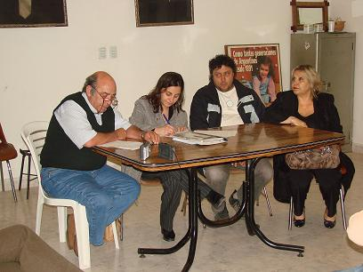 Autoridades del comité con periodistas.