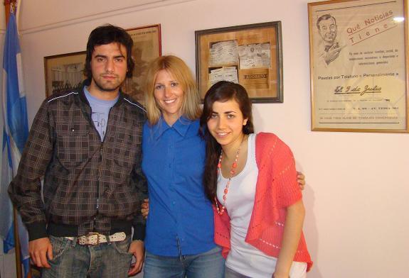 La periodista austríaca junto a sus amigos nuevejulienses.