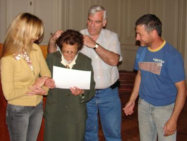 Beatriz Soto recibe su distinción.