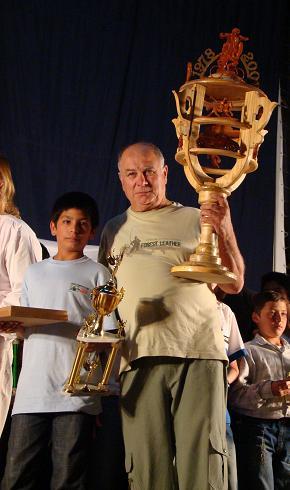 Ricardo Pérez junto a su nieto Wilson recibe el galardón mayor.