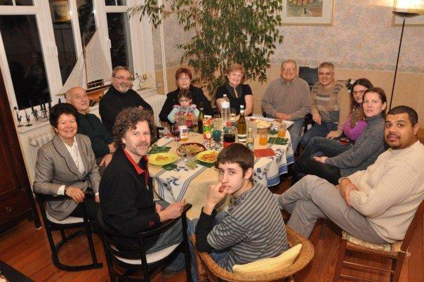 La Familia Pironio en Francia, el mismo día, aguardando la comunicación virtual con Argentina.