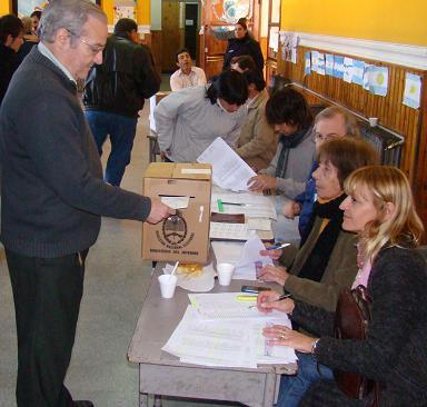 Jorge de la Plaza emitiendo su voto.