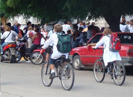 Hoy las calles se vieron pobladas de escolares.
